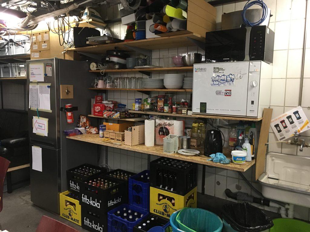 Küchenzeile mit Getränkelager und Kühlschrank