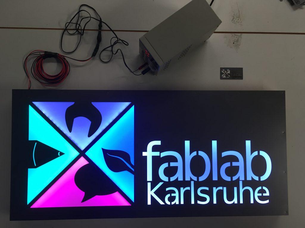 Hinterleuchtetes FabLab Logo aus Stahlblech