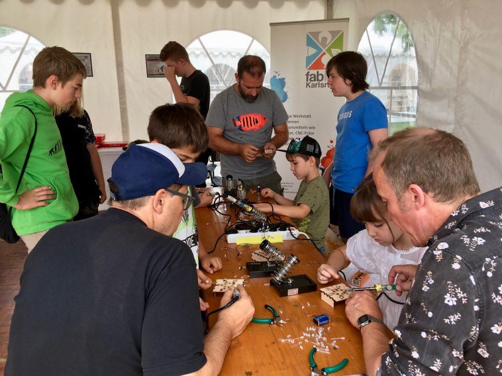 Workshop-Teilnehmer löten einen LED-Stern